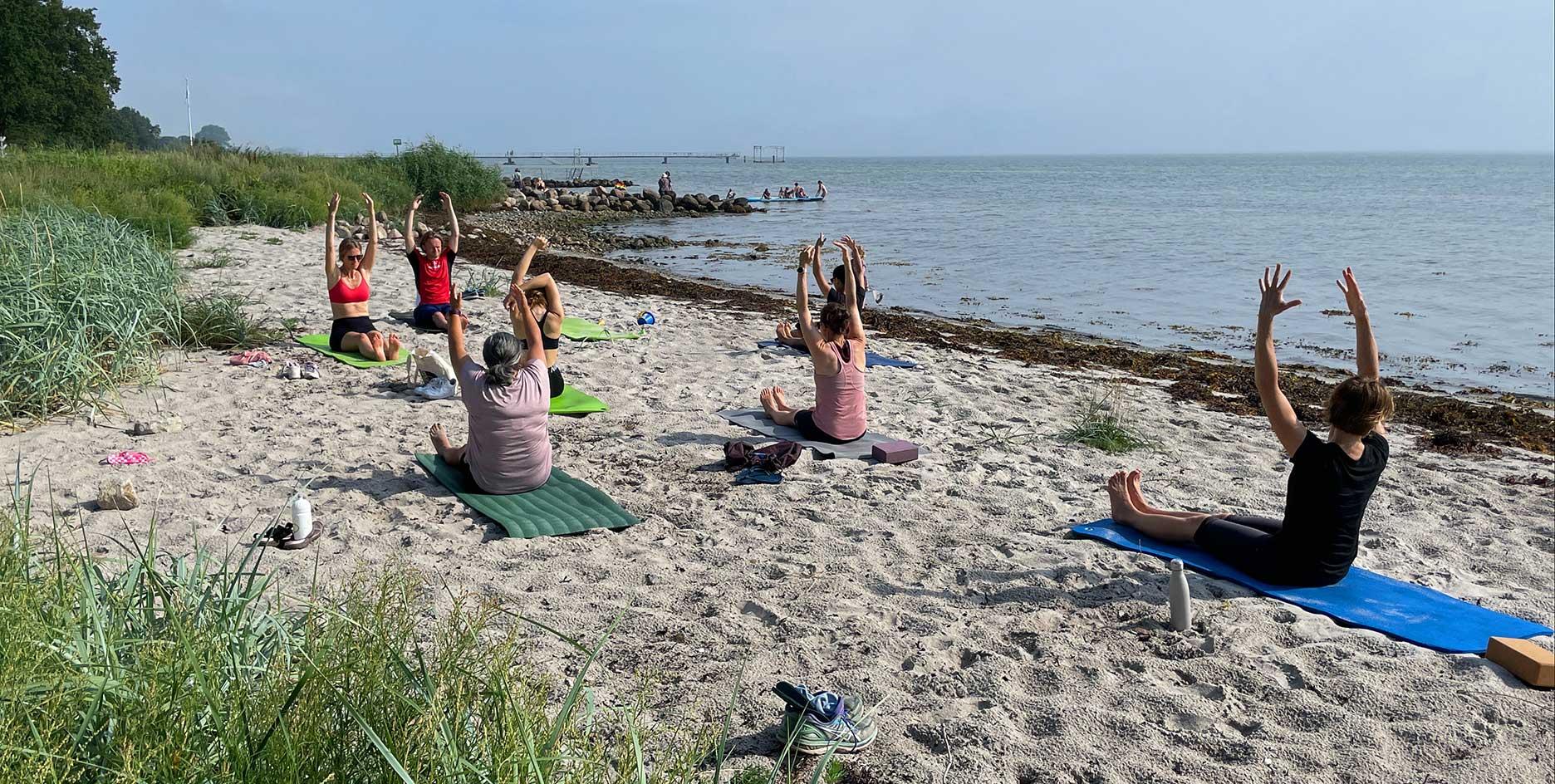 Yoga-på-stranden_Hou-Maritime-Familiehøjskole